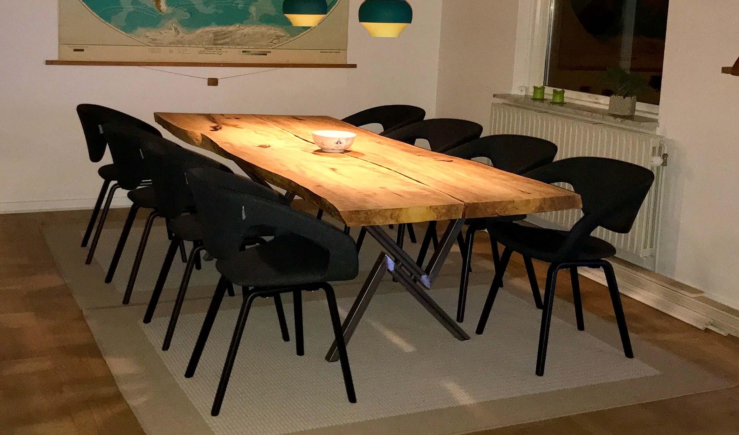 spisebord lavet af gamle gulvbrædder